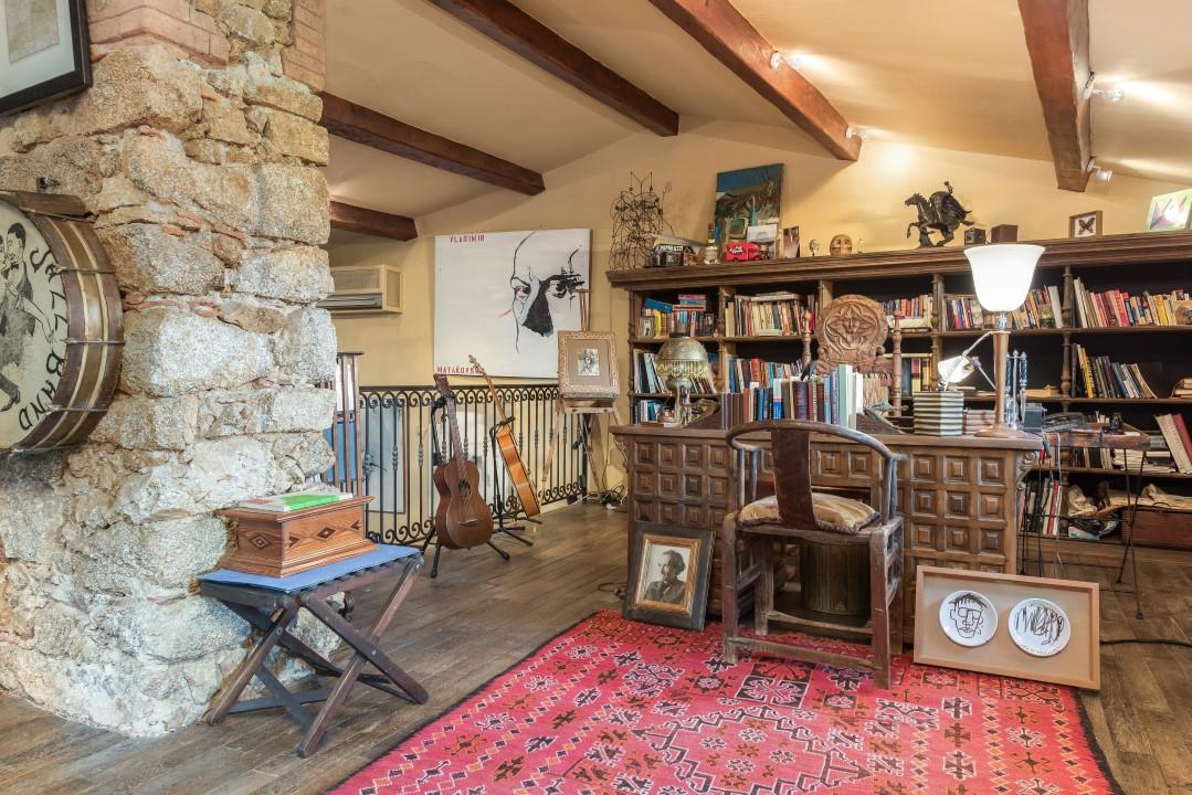 photos d couvrez le hameau varois de johnny depp en vente pour cinquante millions d euros. Black Bedroom Furniture Sets. Home Design Ideas