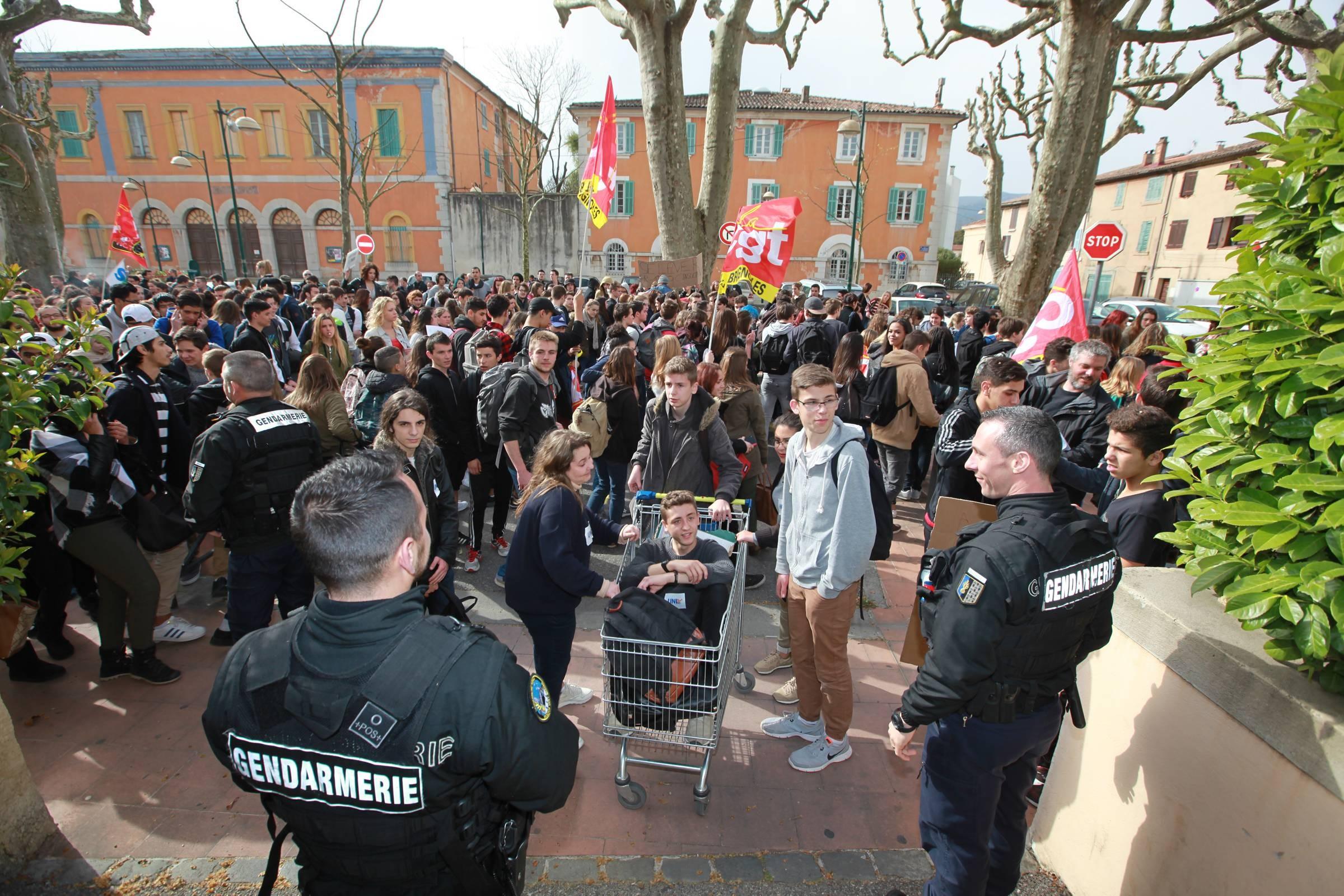 Photos une journ e de manifestations dans le var var matin - Grille indiciaire sous prefet ...